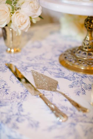 An Elegant Vintage inspired Blue & White Connecticut Wedding via TheELD.com
