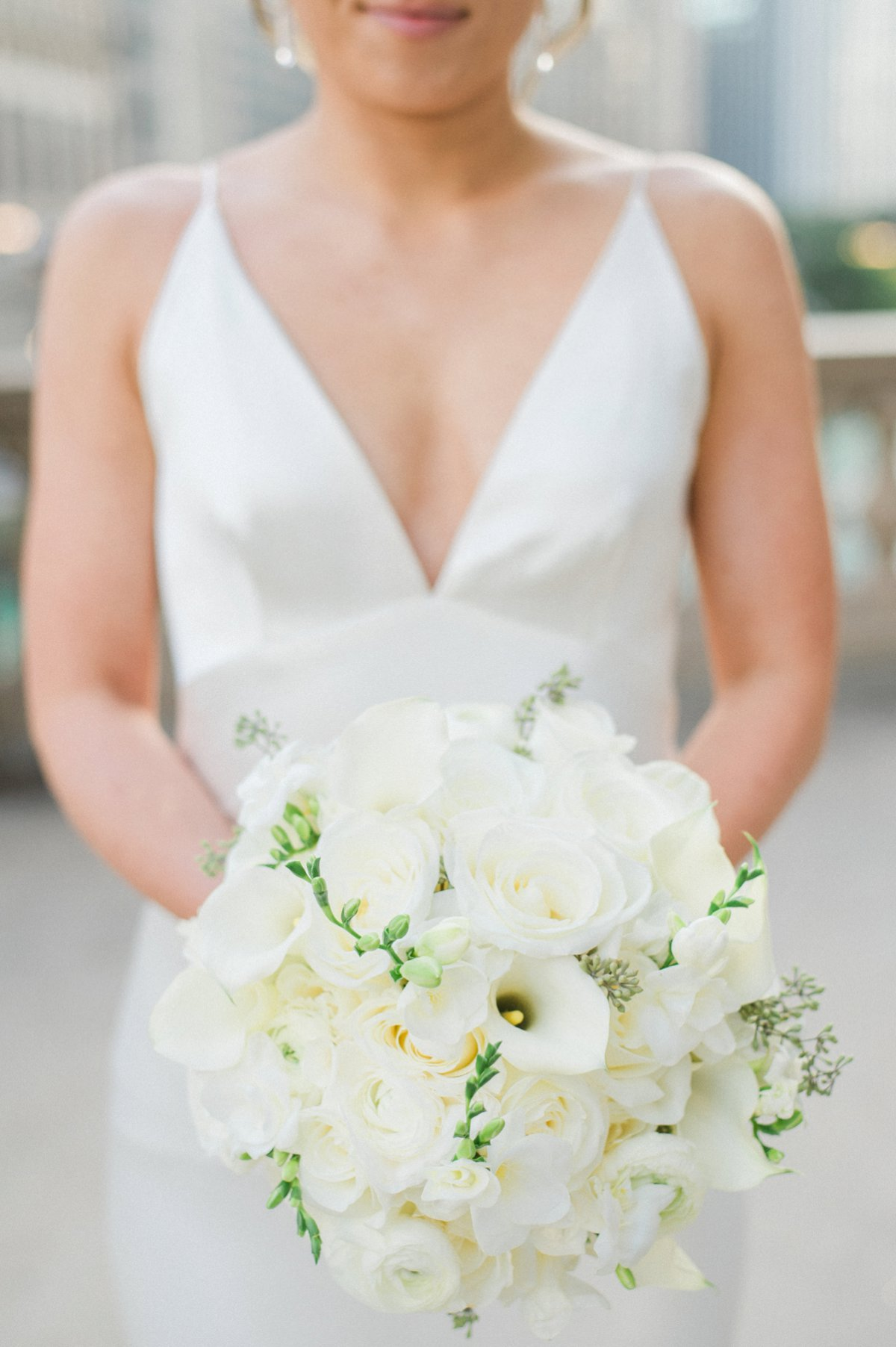A Modern & Chic White Chicago Wedding via TheELD.com